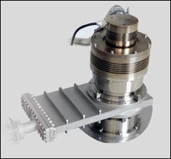 Пример крепления двух вакуумных фланцев стандарта ISO с помощью односторонней струбцины (турбомолекулярный насос, имеющий вакуумный фланец ISO c бортиком для струбцины, соединён с вакуумным затвором, у которого на фланце есть только отверстия с резьбой).